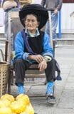 Chinesische Bai-Frau in der traditionellen Kleidung Lizenzfreie Stockbilder