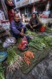 Chinesische Bauernfrauen, die landwirtschaftliche Produkte am Dorfmarkt verkaufen, Lizenzfreie Stockfotografie