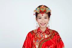 Chinesische Braut, die Kamera betrachtet Lizenzfreies Stockbild