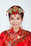 Chinesische Braut, die Kamera betrachtet Stockbilder
