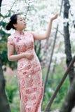 Chinesische Braut im traditionellen Kleid im Freien Lizenzfreies Stockfoto