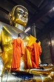 Chinesische buddhistische Mönche, die goldenen Buddha-Bildkörper kleiden Lizenzfreie Stockfotos