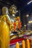 Chinesische buddhistische Mönche, die goldenen Buddha-Bildkörper kleiden Stockfoto