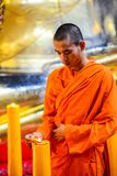 Chinesische buddhistische Mönche, welche die Kerzen beleuchten Stockfoto