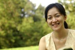 Chinesische Dame im Garten Stockfotografie