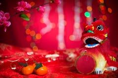Chinesische Dekorationen des neuen Jahres auf rotem Hintergrund Lizenzfreie Stockfotografie