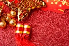 Chinesische Dekorationen des neuen Jahres und günstige Verzierungen auf rotem bokeh Hintergrund lizenzfreie stockfotos