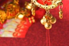 Chinesische Dekorationen des neuen Jahres und günstige Verzierungen auf rotem bokeh Hintergrund stockbilder