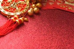 Chinesische Dekorationen des neuen Jahres und günstige Verzierungen auf rotem bokeh Hintergrund lizenzfreie stockbilder