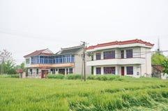 Chinesische Dorfhäuser und Ackerland Lizenzfreies Stockfoto