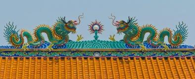 Chinesische Drachen auf einem Tempel Lizenzfreie Stockfotos