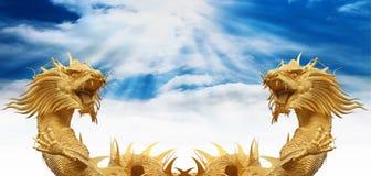 Chinesische Drachestatue mit blauem Himmel Stockbilder