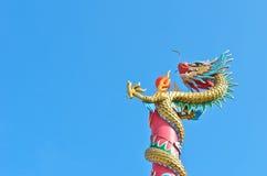 Chinesische Dracheverpackung auf Pol mit roter Kugel im Blau Lizenzfreie Stockfotografie