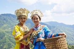 Chinesische ethnische Mädchen im traditionellen Kleid Stockfotografie