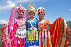 Chinesische ethnische Mädchen im traditionellen Kleid Lizenzfreie Stockbilder