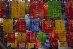 Chinesische Fahnen, die in einer Shanghai-Straße hängen lizenzfreie stockfotos