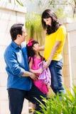 Chinesische Familie, die Mädchen zur Schule schickt Lizenzfreies Stockbild