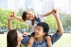 Chinesische Familie, die Tochter-Fahrt auf Schultern gibt Stockbild