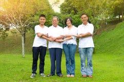 Chinesische Familie von mehreren Generationen stockfotos