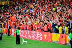Chinesische Fans, die ihre Nationalmannschaft stützen Lizenzfreie Stockfotografie