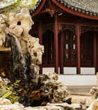 Chinesische Fassade und Brunnen Stockbild