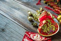 Chinesische Festivaldekorationen des neuen Jahres auf Holztisch Lizenzfreie Stockfotos