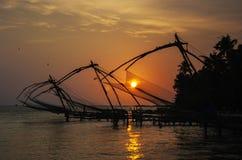Chinesische Fischernetze bei Sonnenuntergang Stockbild