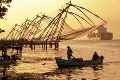 Chinesische Fischernetze in Cochi, Kerala, Indien - in der Farbe an der Dämmerung stockbild