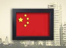 Chinesische Flagge im Fotorahmen mit Stadt Lizenzfreie Stockfotos