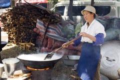 Chinesische Frau, die Reis kocht Stockbild