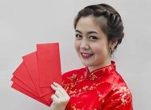 Chinesische Frau, die rote Beutel für ha anhält Stockbilder