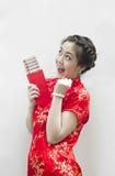 Chinesische Frau, die rotes Paket anhält Stockbild