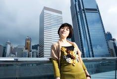 Chinesische Frau, die Spaß draußen hat Lizenzfreie Stockfotografie