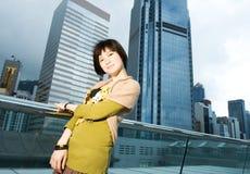 Chinesische Frau, die Spaß draußen hat Lizenzfreie Stockfotos