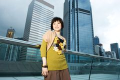 Chinesische Frau, die Spaß draußen hat Lizenzfreie Stockbilder