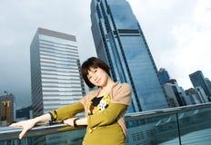 Chinesische Frau, die Spaß draußen hat Stockfotografie