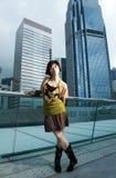 Chinesische Frau, die Spaß draußen hat Lizenzfreies Stockfoto