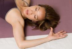 Chinesische Frau, die Yoga tut Stockfoto
