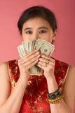 Chinesische Frau mit Dollarschein des US-Geldes 20 Stockfotografie