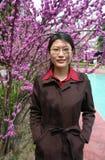 Chinesische Frau und Blumen Stockbilder