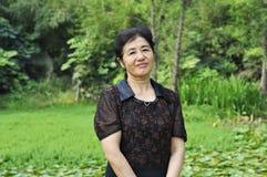 Chinesische Frau von mittlerem Alter in der Natur Lizenzfreies Stockbild