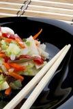 Chinesische Gemüsemischung auf einer schwarzen Platte Stockbild