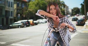 Chinesische Geschäftsfrau, die in einer Sitzung spricht lizenzfreie stockfotos