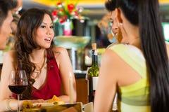 Chinesische Geschäftsleute, die im eleganten Restaurant speisen Lizenzfreie Stockfotos