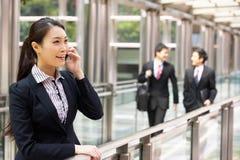 Chinesische Geschäftsfrau außerhalb des Büros Stockbild