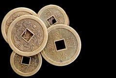 Chinesische Glück-Münzen auf Schwarzem Stockbilder