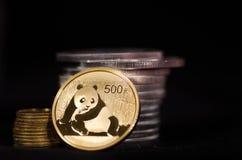 Chinesische Goldmünze mit Stapel von Silbermünzen Stockfotos