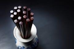 Chinesische hölzerne Essstäbchen Browns in traditionellem russischem slyle Vase Stockfoto