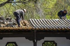 Chinesische Handwerker, die an dem Dach arbeiten Lizenzfreies Stockbild