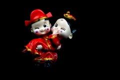 Chinesische Hochzeits-Figürchen auf schwarzem Hintergrund Lizenzfreie Stockfotografie